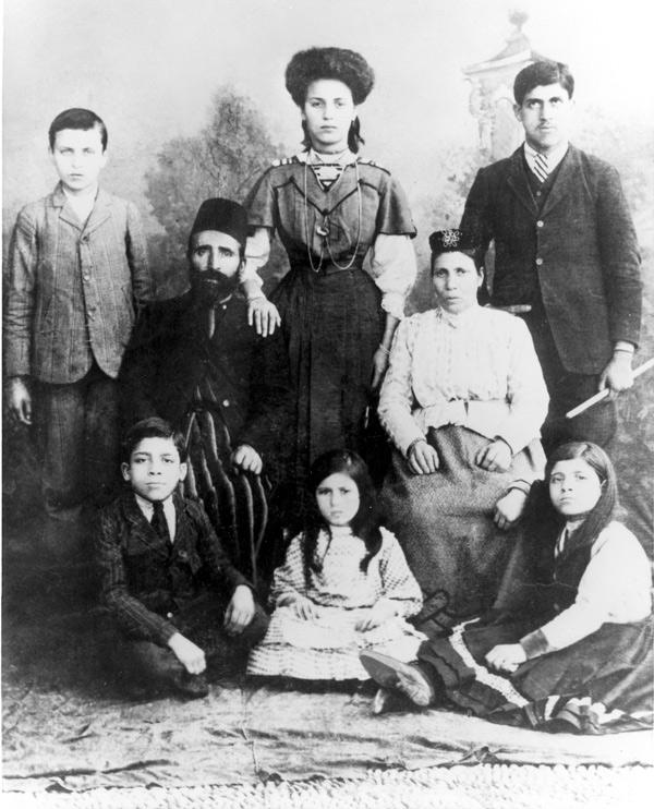 1911-huniu-family