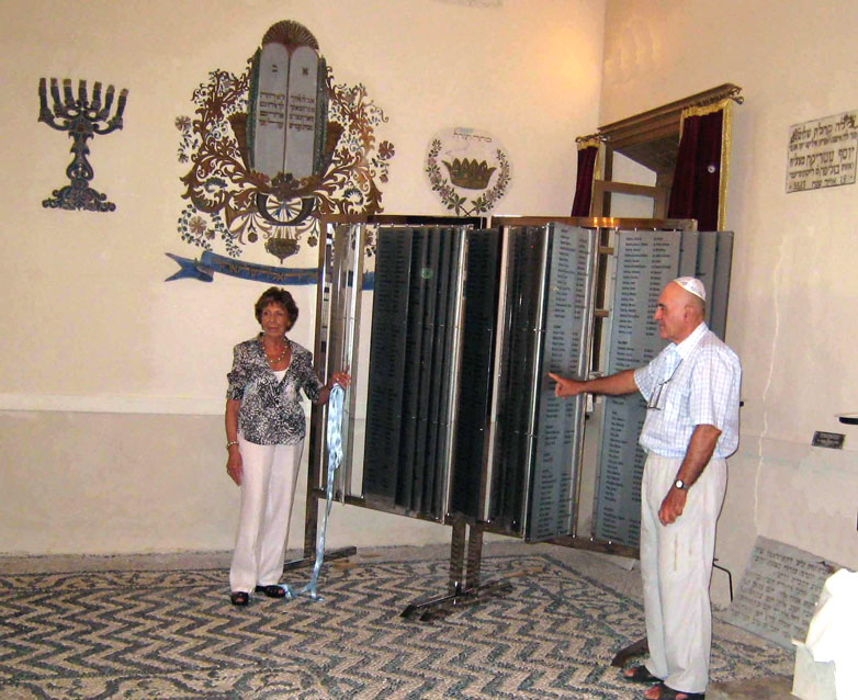 Stella Levi and Sami Modiano unveiling the listing of names on July 23, 2009 at the Kahal Shalom synagogue in Rhodes.